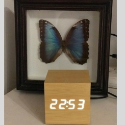 Reloj madera cubo luz led