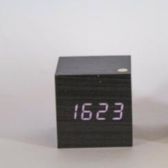 Reloj madera negro luz blanca